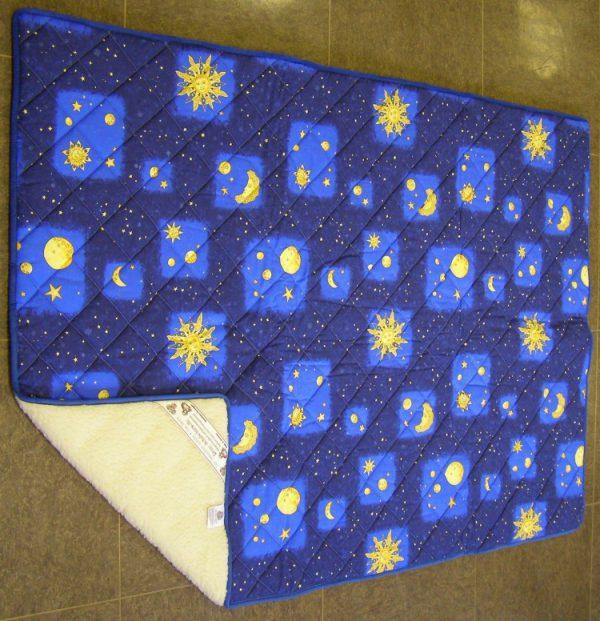 """vunena deka ranč 140x200  Vunene deke s motivom uz sva svojstva i prirodna djelovanja vune, odlikuju se i posebnim dizajnom, stoga su nezaobalazne u svakoj sobi i svih drugih koji žele """"osvježiti"""" svoj krevet.  S jedne strane u bijeloj boji, a s druge strane s prikaldnim dizajnom idelan su poklon za vaše najmilije, kojima će spavanje i odmor biti još ugodnije.  Dvostrana, dupla deka od vune, dimenzije 140x200 cm, za odličnu termoizolaciju, krevet bez hladnoće i znojenja!     Plativo kreditnim karticama jednokratno i na rate.  Popust za gotovinu!  Pošaljite upit ili narudžbu za proizvod ili nazovite 091/4000-960, 01/66 99 361."""